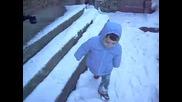 Бебешки смях - да паднеш на снега от смях
