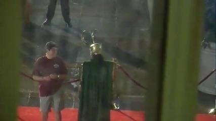 Том Хидълстън по време на снимките на филма Отмъстителите