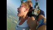 Скок с парашут ,рукинята е много развълнувана