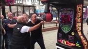 Пич показва съкрушителен майсторски удар по боксова круша