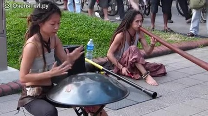 Удивителни улични музиканти събират вниманието на хората