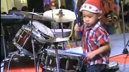 4 - годишно момче свири на барабани