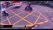 Водач на скутер се сблъсква с мини камион