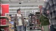 Пич се изпуска в супер супермаркета