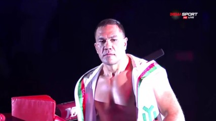 Queen за Кобрата при излизането на ринга срещу Дину