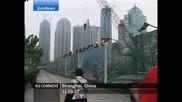 Спайдърмен се катери по сграда в Шанхай, Китай