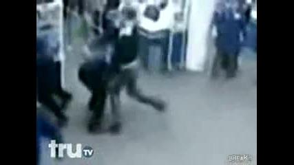 Руски охранитерли натупват пияни хулигани в супермаркет