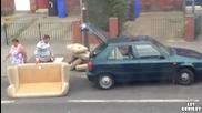 Семейство се опитват да вкарат диван в багажника на колата!