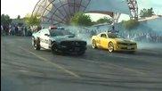 Полицай показва какво може с колата си и демонстрира на всички как се дрифтира )