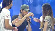 Енрике Иглесиас в ролята на сватовник по време на концерта концерта в зала '' Арена Армеец'' !