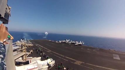 Изтребител F18 със скорост над звуковата бариера прелита над океана