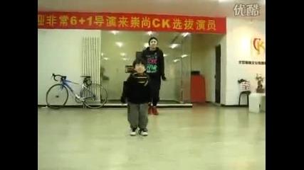 3 годишно момченце танцува страхотно и в синхрон :)
