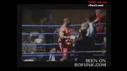 От прекалено фукане боксьор пада извън ринга