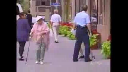 Скрита Камера - Бой между Бабка и полицай