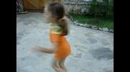 Дете Танцува Пред Камера