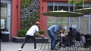 Лудак дърпа столовете на хората - Шега