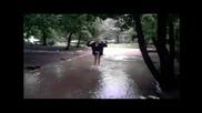 Двама луди джапат в Big локва след дъжда . ненормална работа