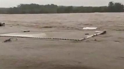 USA: Floods rip down bridge in Texas