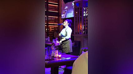 Сервитьорка шашна посетителите с изпълнение на Whitney Houston - I Have Nothing