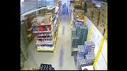 Жена краде стек бира , крие го между краката си !!!!
