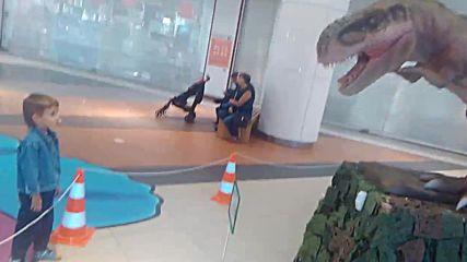Динозавър в мола