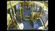 Автобус катастрофира и дебела жена изхвръква от седалката си - Смях до болка