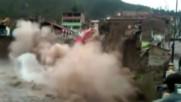 ДРАМАТИЧНИ КАДРИ: Хотел се срутва в река след големите валежи в Перу