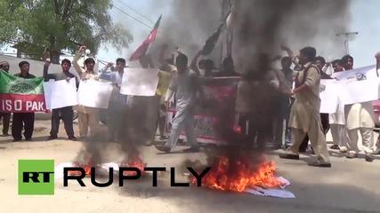 Протестиращи горят американски и израелски знамена в Пакистан