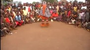 И хореографите по танци биха завидели на този африкански шаман!