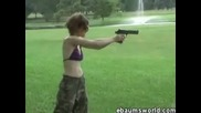 За малко да се самоубие със собственият си пистолет ( Смях )