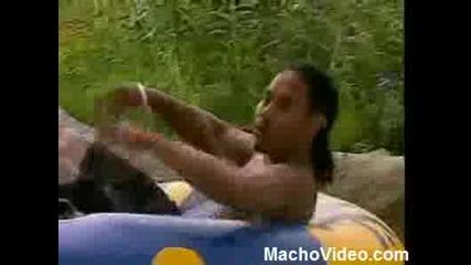Мъж Пикае Върху Хората В Аквапарк