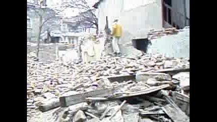 Работници Събарят Къща