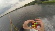 Уейкбордист подрежда кубчето на Рубик