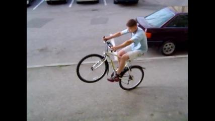 Така се пада от колело...