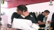 Футболистите на Ювентус празнуват в съблекалнята