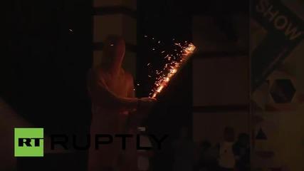 Демонстрация на електрическите ефекти на Тесла по време на гийк пикник в Москва