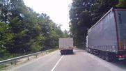 Камион отстъпва място