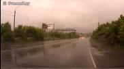 Шофьор брилянтно се изплъзва от катастрофална ситуация на пътя!