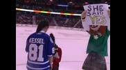 Еднополово предложение за брак по време на хокеен мач!