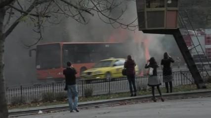 Кадри от горящия автобус на Орлов мост