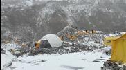 Базов лагер на Еверест е погребан от земетресение и лавина след труса, има загинали