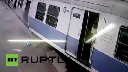 Индия: Моментът на дерайлирането на влака на гарата в Мумбай