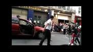 Жена кара таксиметров шофьор да затанцува
