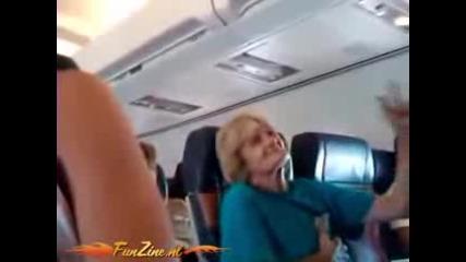 откачена бабичка в самолет