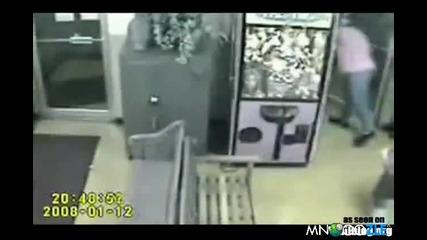 Бебе влезе в автомата за играчки