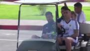 Меси се вози в количка за голф преди тренировка