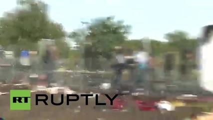 Унгария: Полицията използва сълзотворен гас и водни оръдия срещу бежанците по границата