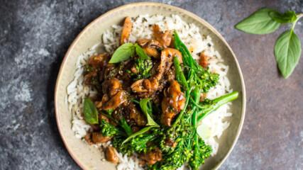 Пилешко с броколини и тайландски босилек | Донал Скиан | 24Kitchen Bulgaria