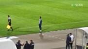 Живко Миланов дава указания в близост до терена