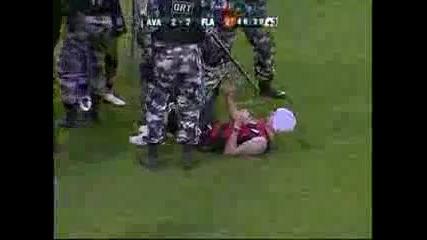 Футболисти защитават фен нахлул на терена